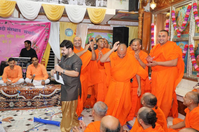 Sants dance as musicans perform devotional songs