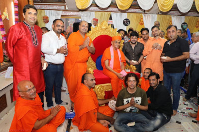 His Divine Holiness Acharya Swamishree blesses sants and musicians who performed devotional songs