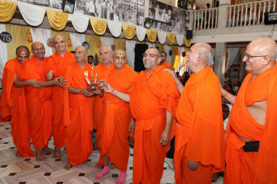 His Divine Holiness Acharya Swamishree and sants perform aarti