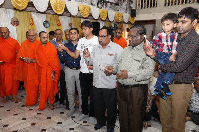 Sants and disciples offer aarti