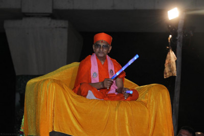 Divine darshan of Acharya Swamishree with dandia sticks