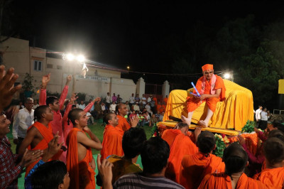 Divine darshan of Acharya Swamishree Maharaj as sants play raas