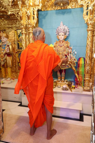 His Divine Holiness Acharya Swamishree performs Shangar aarti