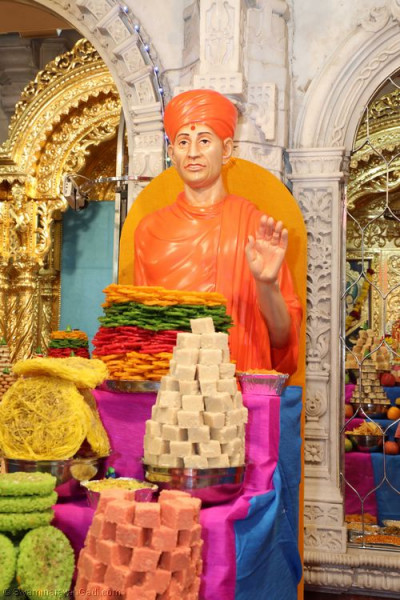 Divine darshan of Shree Nirgundasji Swamibapa dining on the magnificent annakut of sweet and savoury items