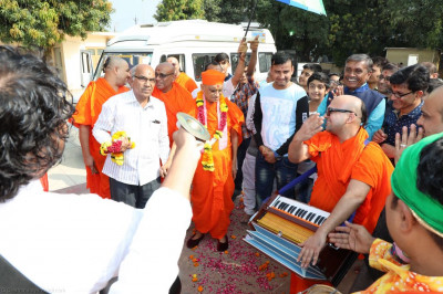 Sants and disciples perform as they escort His Divine Holiness Acharya Swamishree into Shree Swaminarayan Mandir Surat