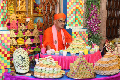 Divine darshan of His Divine Holiness Acharya Swamishree with the annakut