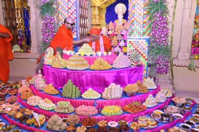Sants offer sweets to His Divine Holiness Acharya Swamishree