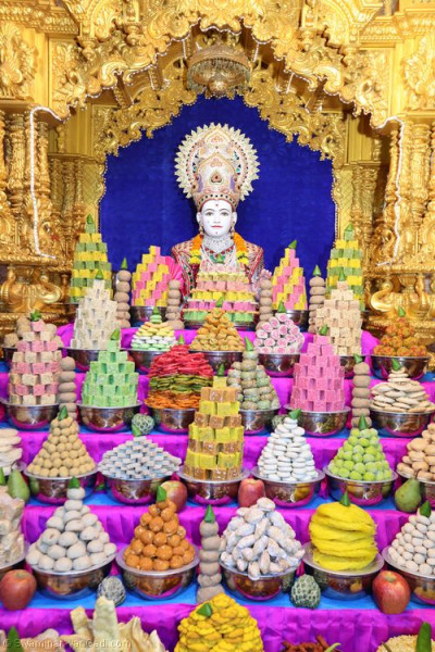 Divine darshan of Lord Shree Swaminarayan dining on the magnificent annkaut of sweet and savoury items