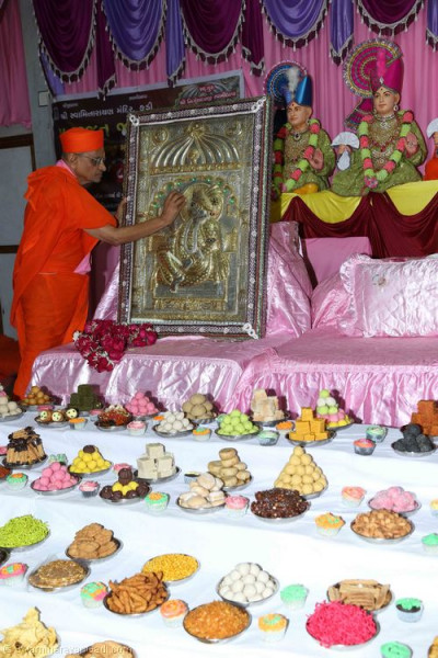 His Divine Holiness Acharya Swamishree offers chandlo to Shree Sahajanand Swami
