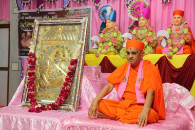 Divine darshan of Acharya Swamishree and Shree Sahajanand Swami