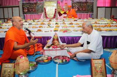 Sants and Maharaj perform the poojan ceremony