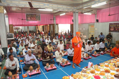 Acharya Swamishree, sants and disciples perform aarti together