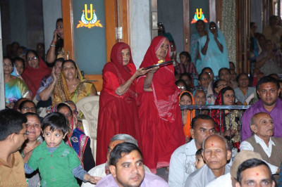 Sankhya yogi ladies offer aarti