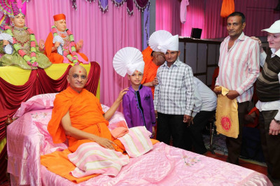 His Divine Holiness Acharya Swamishree blesses disciples who sponsored the scripture recitals