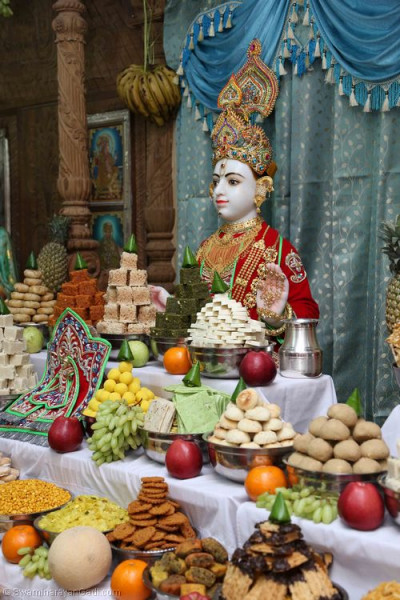 Divine darshan of Lord Shree Swaminarayan dining on various sweets and savouries in the form of annakut