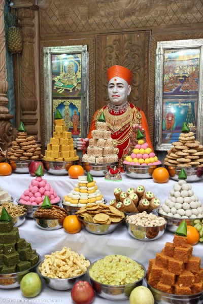 Divine darshan of Jeevanpran Shree Muktajeevan Swamibapa dining on various sweets and savouries in the form of annakut