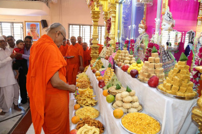 His Divine Holiness Acharya Swamishree cuts the cake