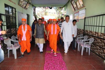 The establishment representatives escort His Divine Holiness Acharya Swamishree