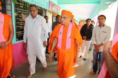 Divine darshan of Acharya Swamishree inside the education establishment