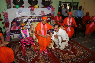 Acharya Swamishree blesses the management team