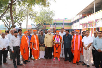 His Divine Holiness Acharya Swamishree, Sants, disciples and staff of the education establishment