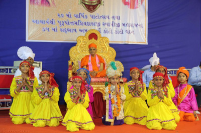 His Divine Holiness Acharya Swamishree blesses all young disciples who took part in the devotional dance