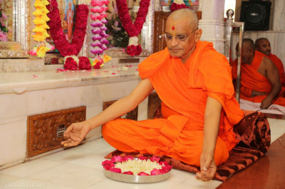 Acharya Swamishree performs the poojan ceremony