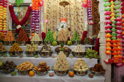 Divine darshan of Jeevanpran Shree Muktajeevan Swamibapa dining on sweets and savouries in the form of annakut