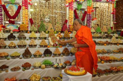 His Divine Holiness Acharya Swamishree offers cake to Shree Harikrishna Maharaj