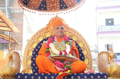 Divine darshan of Acharya Swamishree with Shree Harikrishna Maharaj seated on the golden chariot