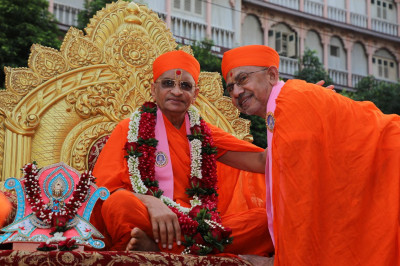 Acharya Swamishree Maharaj gives darshan to Sadguru sants on His arrival to Maninagar
