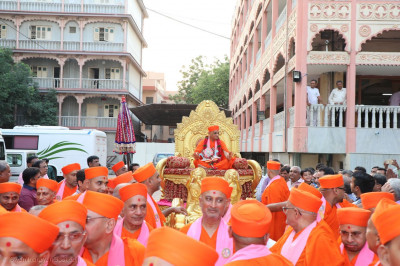 Acharya Swamishree Maharaj gives darshan from His chariot