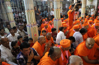Sants and disciples pack the mandir for the divine darshan