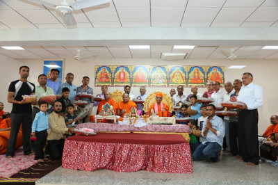 His Divine Holiness Acharya Swamishree blesses disciples who have sponsored the scipture recitals