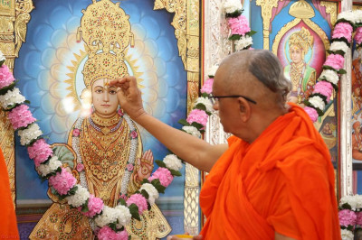 His Divine Holiness Acharya Swamishree performs the anniversary poojan ceremony at Shree Swaminarayan Mandir Mankuva (Ladiies)