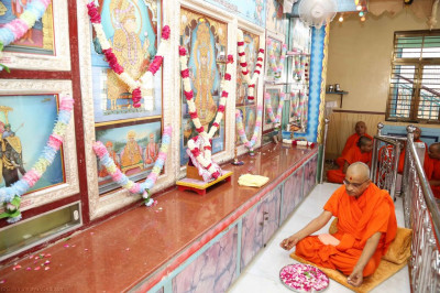 His Divine Holiness Acharya Swamishree performs the anniversary poojan ceremony at Shree Swaminarayan Mandir Mankuva