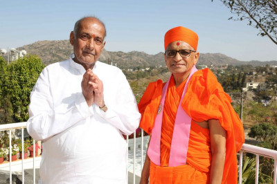 His Divine Holiness Acharya Swamishree blesses a disciple of Shivaji mandir in Mount Abu