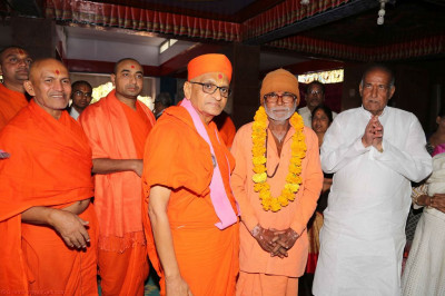 His Divine Holiness Acharya Swamishree blesses sadhus and disciples of Shivaji mandir in Mount Abu
