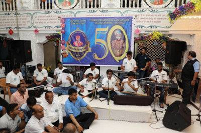 The special musical group Dilki Najar Se provides devotional music throughout the evening