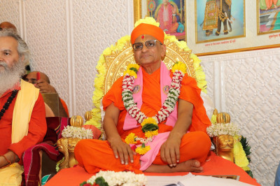 Divine darshan of Acharya Swamishree during the evening celebrations