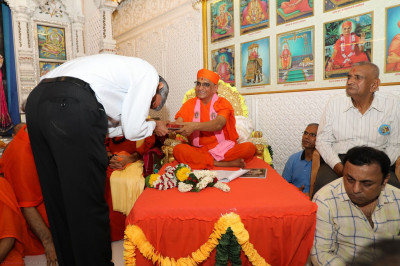 Acharya Swamishree blesses cardiologist Dr. Pandey