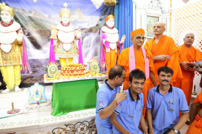 Acharya Swamishree blesses disciples during the celebrations