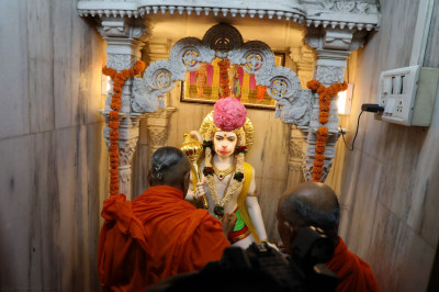 Acharya Swamishree performs poojan to Shree Hanumanji
