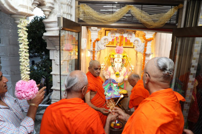 Acharya Swamishree performs poojan to Shree Ganeshji
