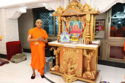 Divine darshan of Acharya Swamishree with Jeevanpran Shree Muktajeevan Swamibapa seated on Shree Swaminarayan Gadi