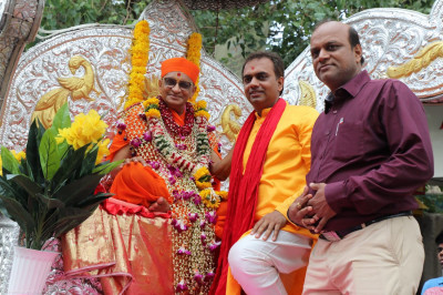 Acharya Swamishree blesses disciples at the start of the procession towards Shree Swaminarayan Mandir Mumbai