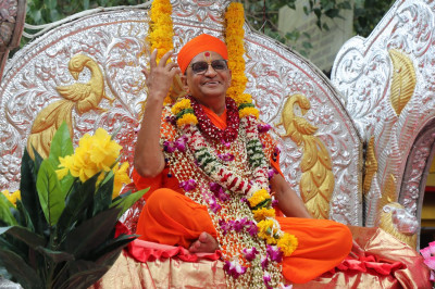 Divine darshan of Acharya Swamishree seated on a grand chariot during the procession towards Shree Swaminarayan Mandir Mumbai