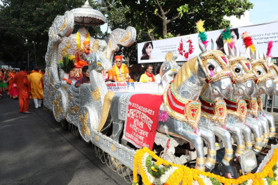 Acharya Swamishree's chariot makes its way through the streets of Mumbai towards Shree Swaminarayan Mandir Mumbai