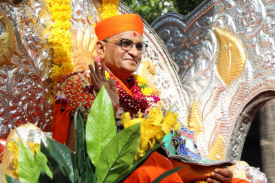 Acharya Swamishree showers His divine blessings upon all those who perform His darshan during the procession