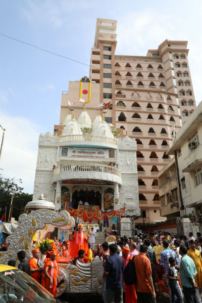 The procession arrives in front of Shree Swaminarayan Mandir Mumbai